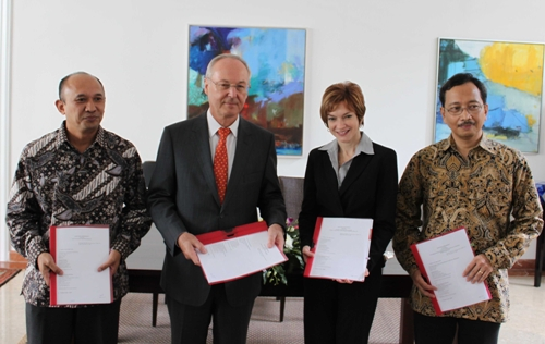 Royal Danish Ambassador to Indonesia Borge Petersen (second left) with Transparency International Indonesia Secretary General Teten Masduki (left), The Asia Foundation's Country Representative in Indonesia Robin Bush (second right) and Kemitraan (Partnership for Governance Reform) Executive Director Wicaksono Sarosa (right) during a ceremony held at his residence.