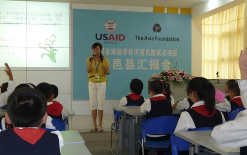 A teacher in China teaches her students about disaster risk reduction
